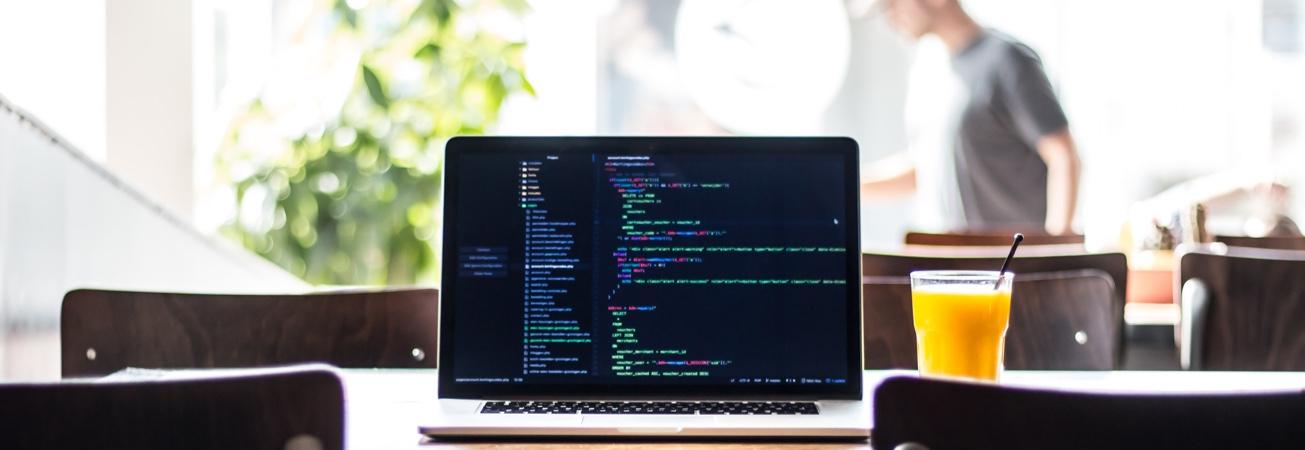 Bild på laptop som visar kod