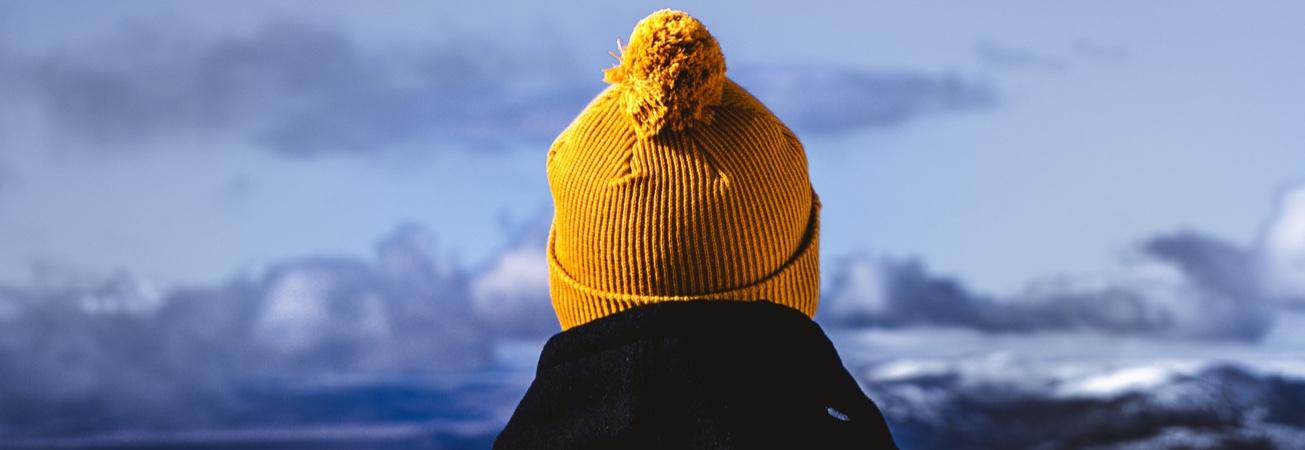 Bild bakifrån på en person som bär en gul mössa