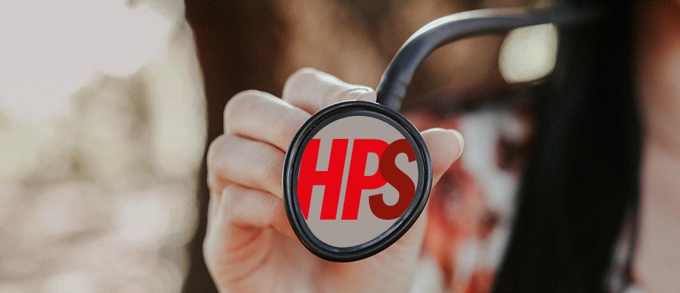 Hand som håller upp ett stetoskop där det står HPS