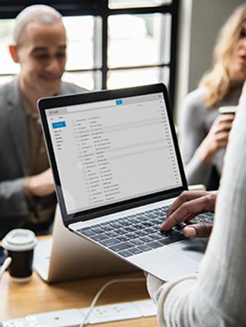 Laptom med email-applikation på möte