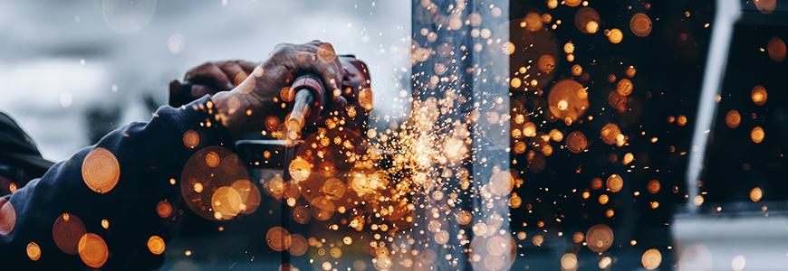 Arbetande händer i metallindustri
