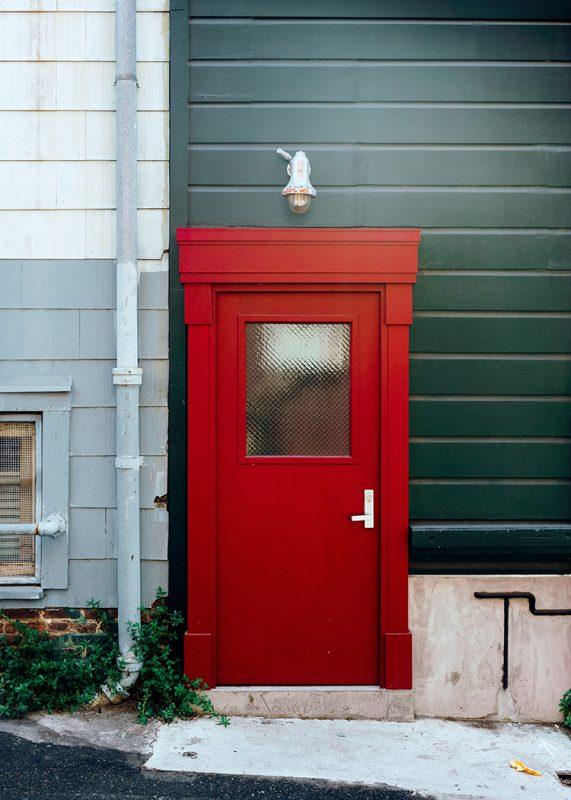 Röd dörr med säkerhetsglas